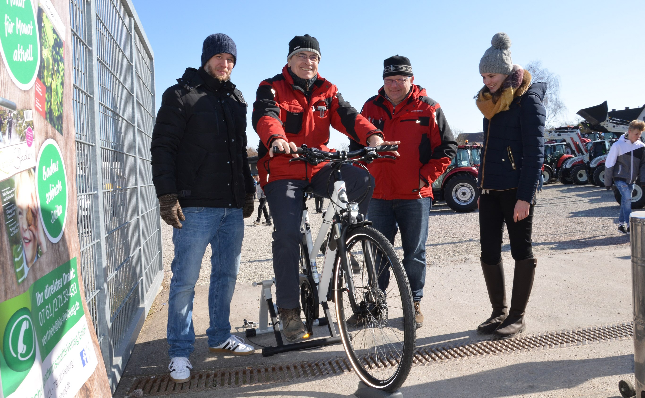 Von der BBZ-Aktion zeigten sich auch Frank Braun (2. von links) und Martin Herbstritt (Geschäftsführer, Wilhelm Mayer, Gottenheim) begeistert. Dennis Nann (links) und Christina Steiert (rechts) instruierten die Radler.