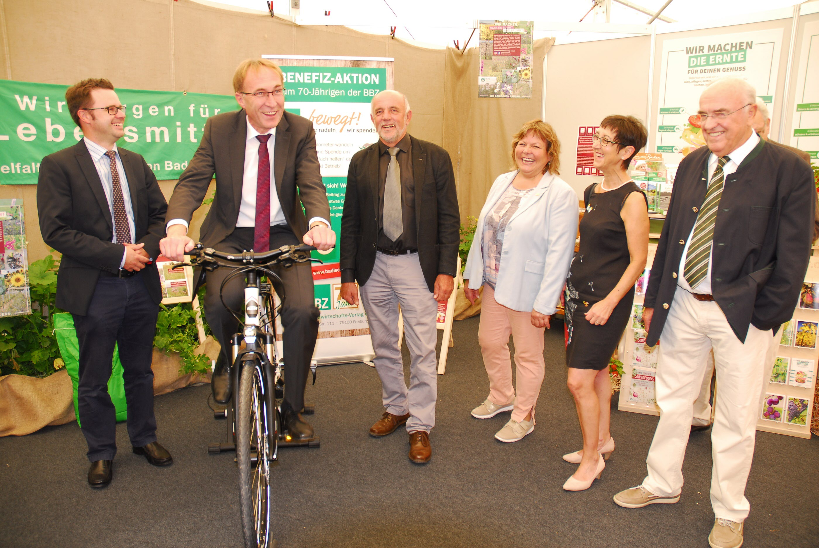 Aus den Reihen der Ehrengäste schwang sich Freiburgs Baubürgermeister Martin Haag aufs Rad
